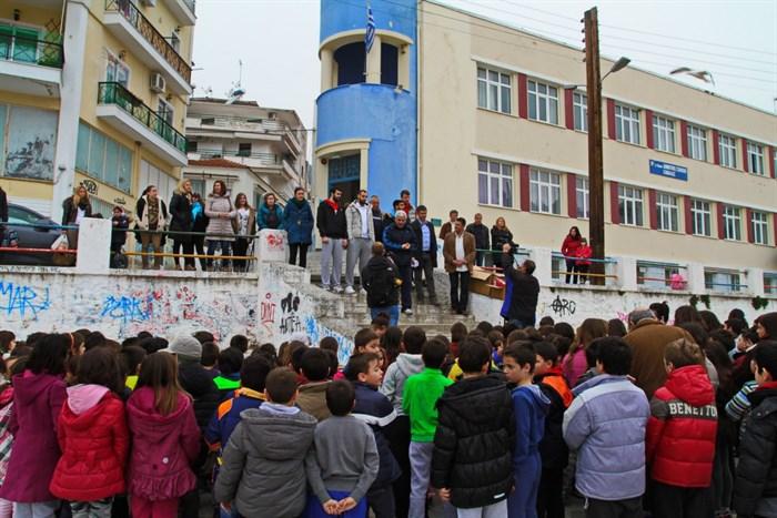 Συνεχίζοντας τις επισκέψεις της στα δημοτικά σχολεία της Καβάλας η Ένωση το πρωί της Πέμπτης (26/3) επισκέφθηκε το ιστορικό 11ο Δημοτικό Σχολείο των Ποταμουδίων